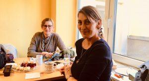 Leiten die Gruppe: Petra Starke (li.) und Caren Busch am Tisch in der B84